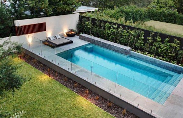 שילוב מעקות זכוכית בבריכות שחייה